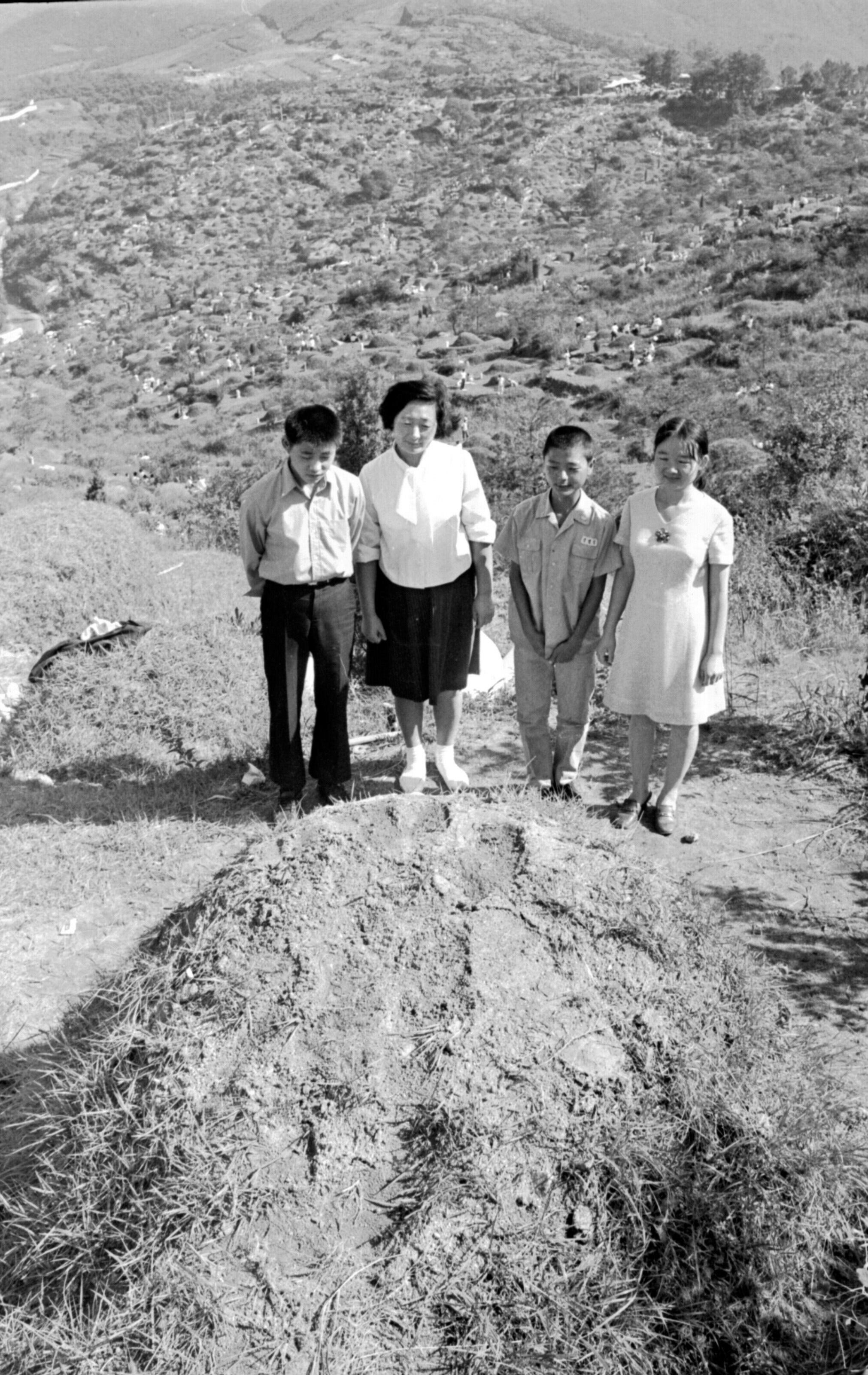 1970년 9월 15일 추석 망우리묘지. 먹고살기도 어려웠던 당시 땅도 척박하기만했다. 묘 위 잔디가 듬성듬성하다.[중앙포토]