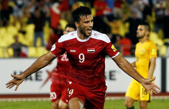 6일 열린 러시아월드컵 아시아 지역 플레이오프 1차전에서 호주를 상대로 후반 40분 동점골을 넣고 환호하는 시리아의 오마르 알 소마. [AP=연합뉴스]