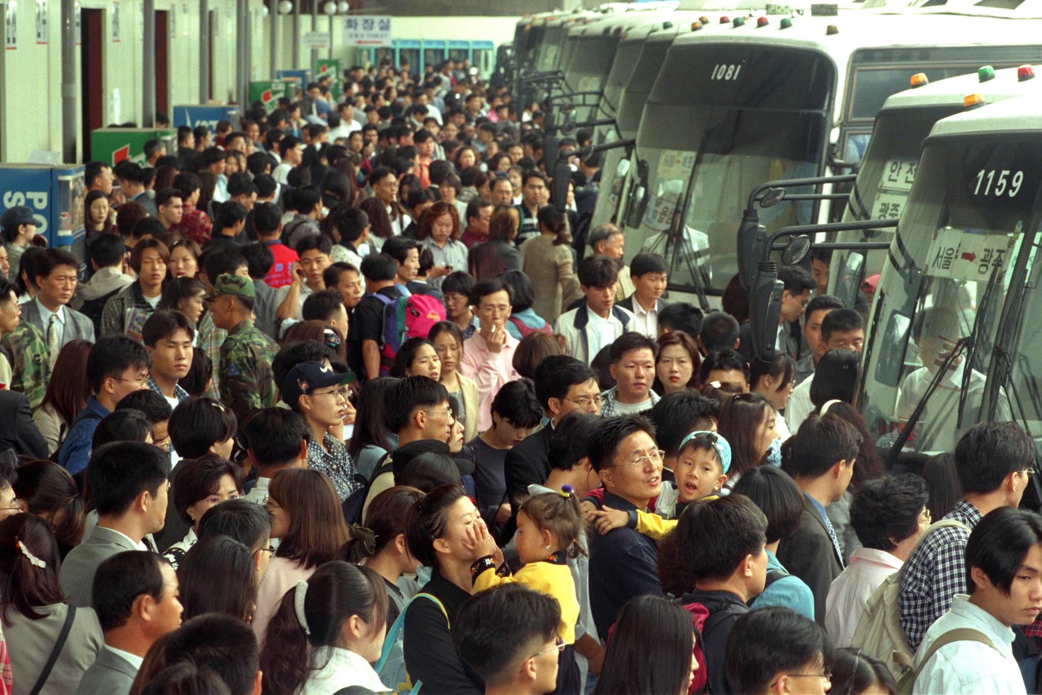 1999년에는 3200만여명이 한가위 민족 대이동을 했다. 추석연휴가 시작되기 전날인 9월 22일 오후 서울 강남고속버스터미널 승강장이 귀향인파로 완전히 메워져 있다.[중앙포토]