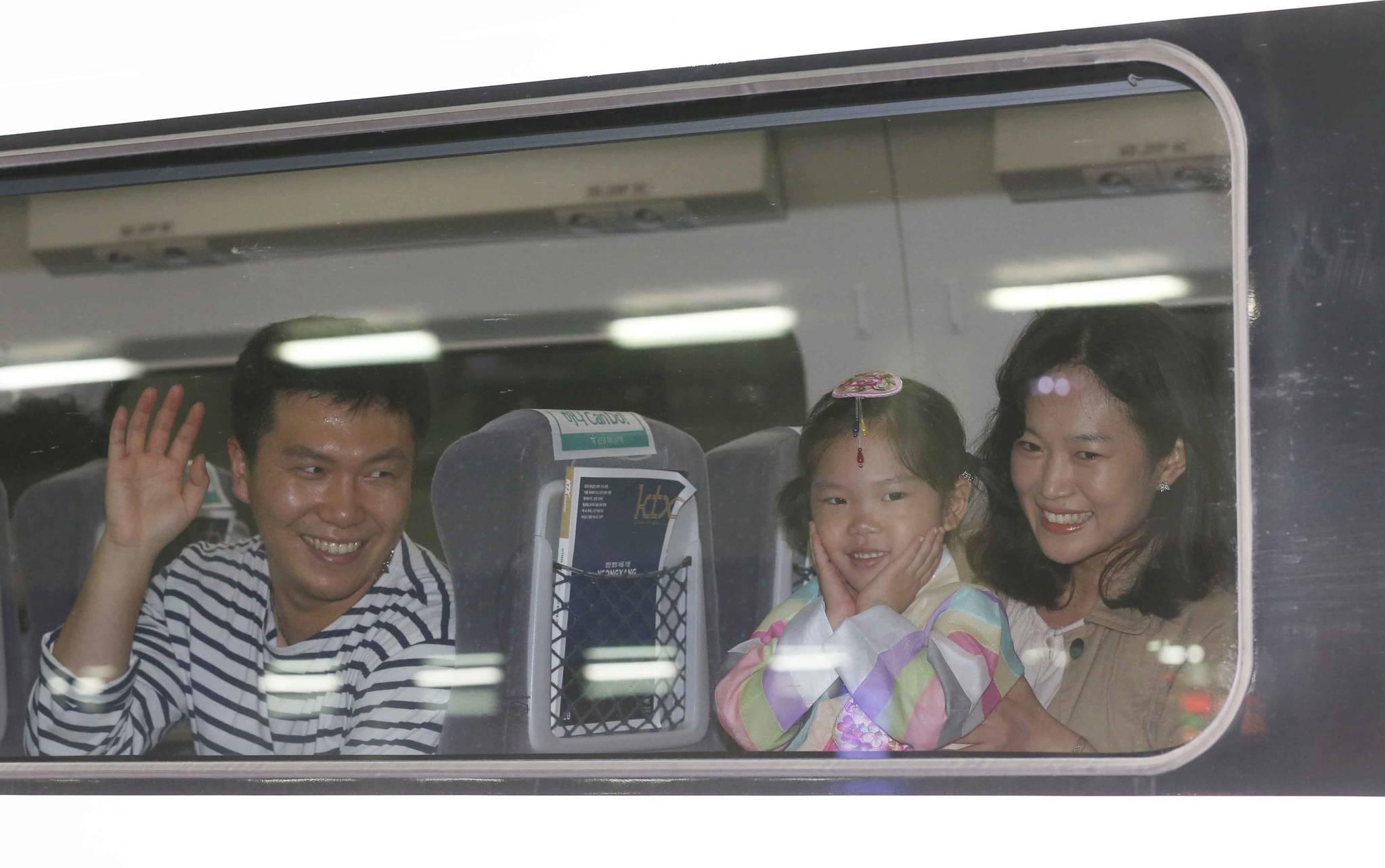 추석 황금연휴 이틀째인 1일 서울역에서 포항행 KTX에 오른 귀성 가족이 열차 출발을 기다리고 있다. 이번 추석 연휴 동안 고속도로는 전국에서 3700만여명이 이용할 것으로 예상되고 있다.김상선 기자