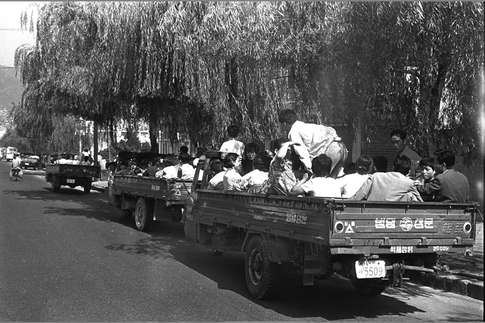 1971년 추석(10월3일)에 삼륜차를 타고가는 성묘객들.[중앙포토]