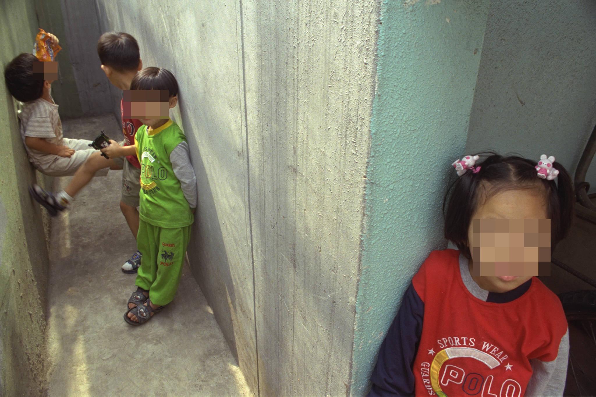 추석을 앞둔 1998년 9월 26일 서울후암동 '영락보린원' 아이들이 IMF영향으로 예년과 달리 아무도 찾아오는 사람이 없는 무료한 주말 오후를 보내고 있다.[중앙포토]