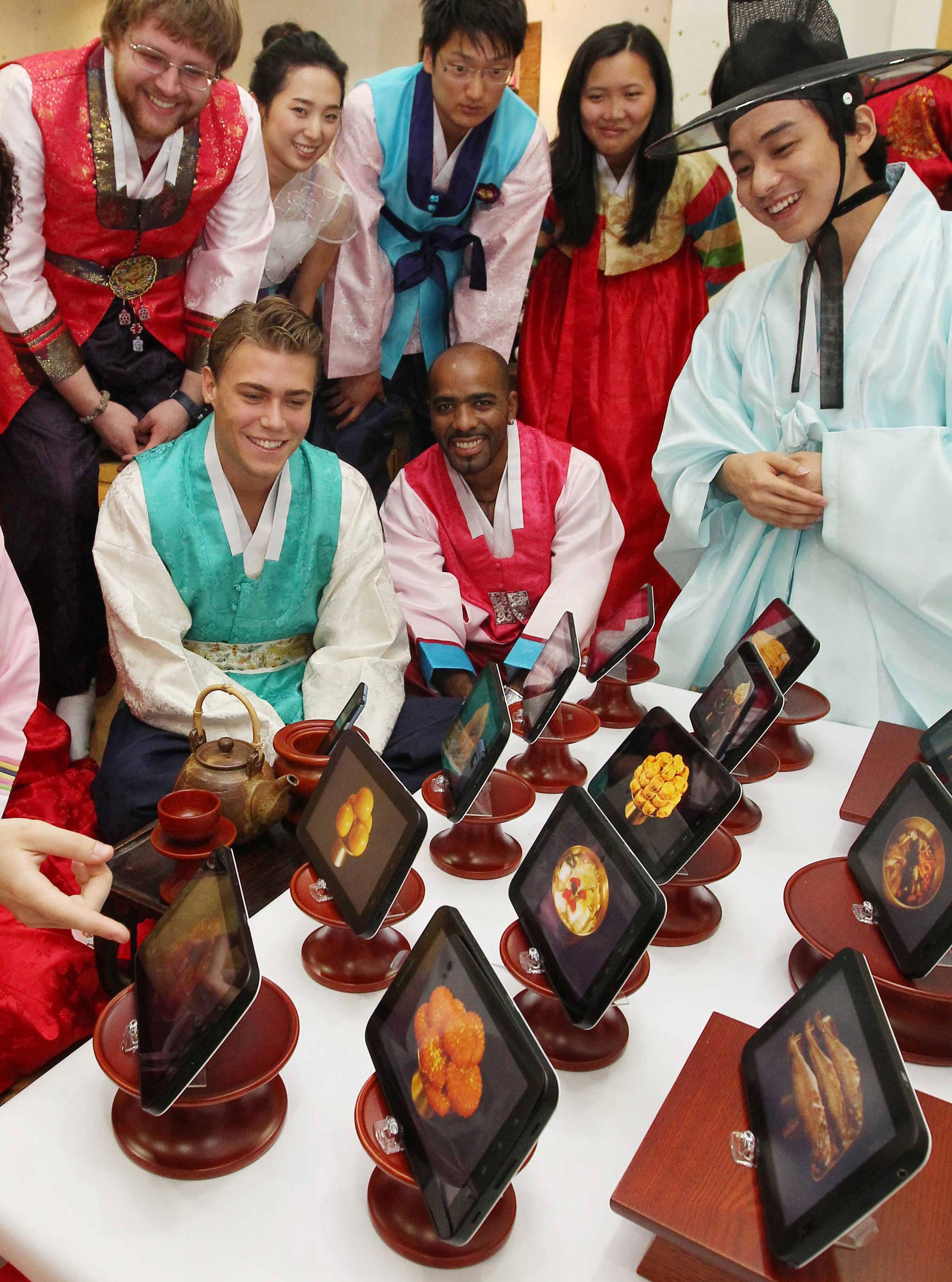 2011년 추석(9월12일)을 앞둔 9월8일 인제대학교는 외국 유학생을 대상으로 테블릿PC를 이용한 디지털 추석 상차리기 체험 행사를 가졌다. 디지털 세상을 상징하는 장면이었다.송봉근 기자