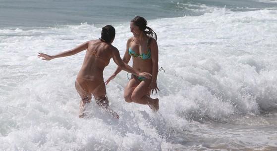 평년보다 약 5도 높은 여름 날씨를 보인 2013년 9월 22일 부산 해운대해수욕장에서 외국인들이 물놀이를 하며 더위를 식히고있다. 송봉근 기자