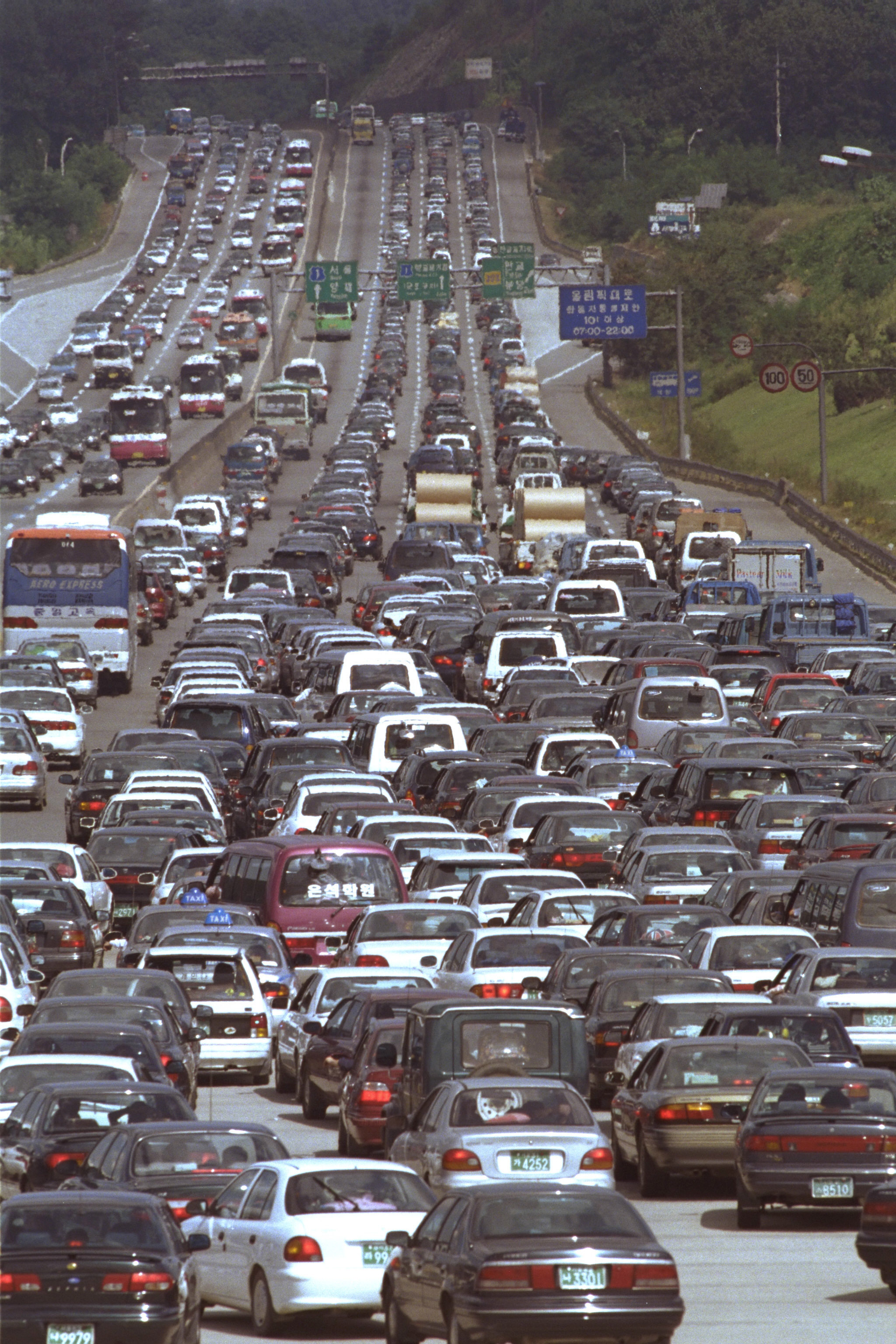 1997년 추석(9월16일) 연휴 마지막날인 9월 17일 서울 톨게이트가 귀경차량들로 꽉 들어차 있다.[중앙포토]