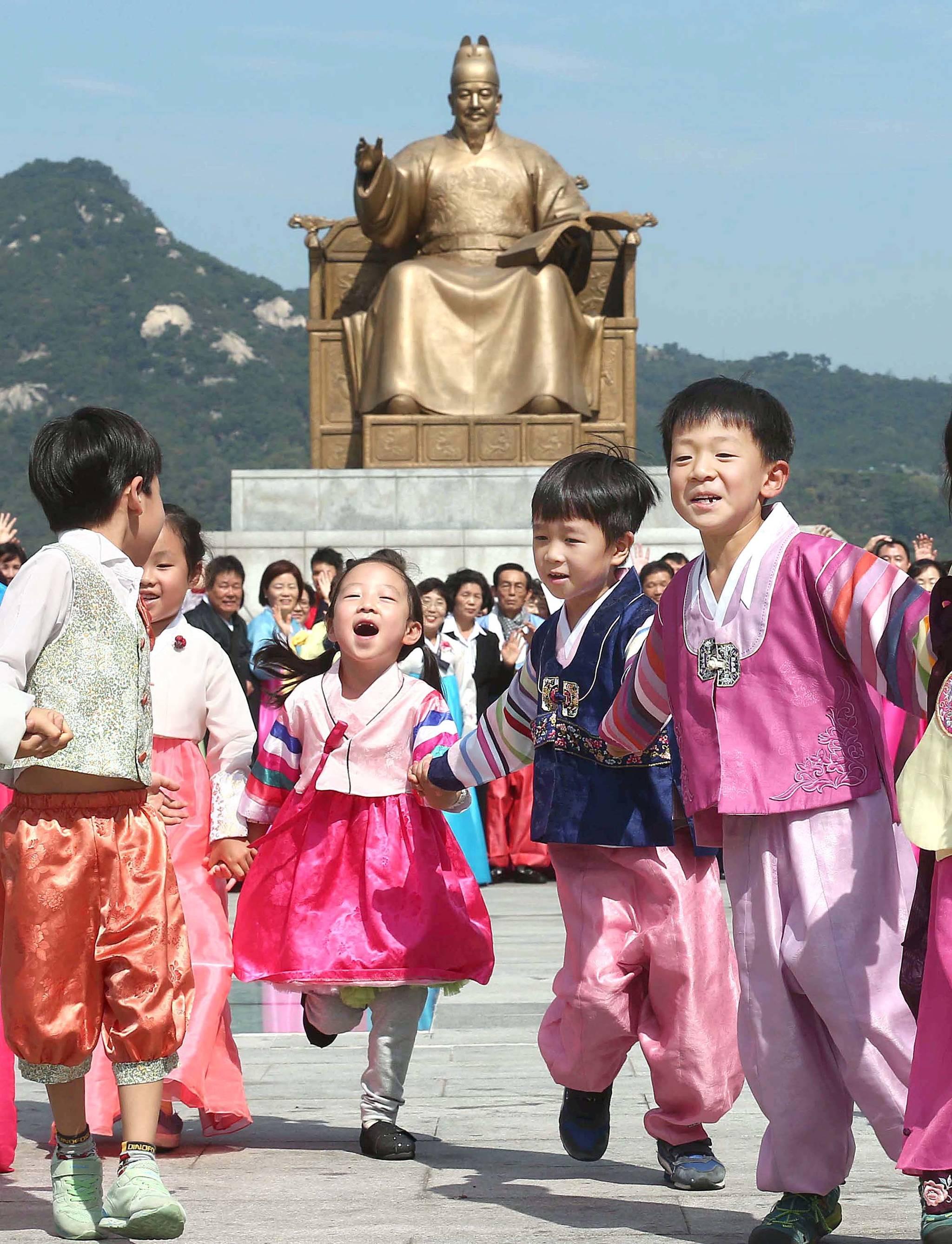 해가 거듭될 수록 추석에 한복을 입는 이들이 줄고 있다. 2015년 추석(9월27일)을 앞둔 24일 '추석명절 전통 한복입기 퍼레이드 및 캠페인'이 종로구 새마을지회 주최로 서울 광화문광장에서 열렸다. 한복을 입은 어린이들이 손을 잡고 퍼레이드를 펼치고 있다.김상선 기자