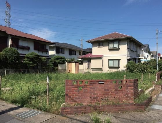 도큐부동산이 1980년대 분양을 시작한 지바현 가시와시의 가시와 빌리지 일부 지역에는 정원에 잡초가 무성하고 빈집 같아 보이는 가옥이나 공터도 있다. / 사진:동양경제