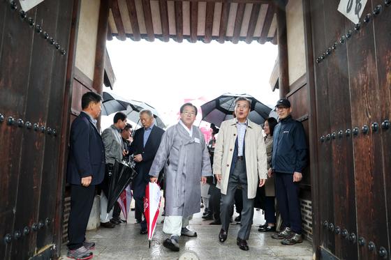 문재인 대통령이 추선연휴인 6일 오후 안동 하회마을을 방문하고 있다. [청와대 제공]