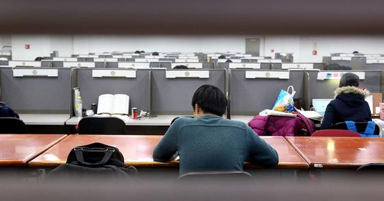 한 취업준비생이 학교 도서관에서 취업을 위한 공부를 하고 있다. [중앙포토]