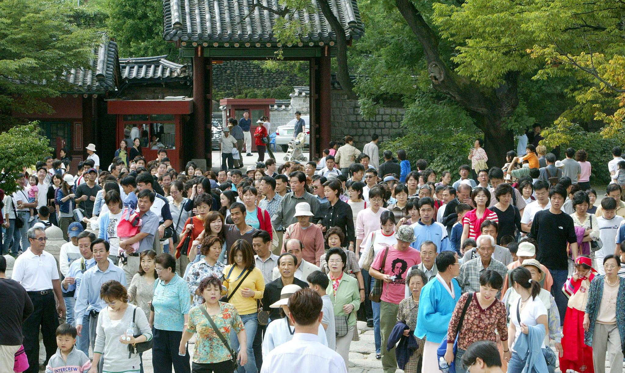 2004년 추석날인 9월28일 창덕궁을 찾은 시민들.[중앙포토]