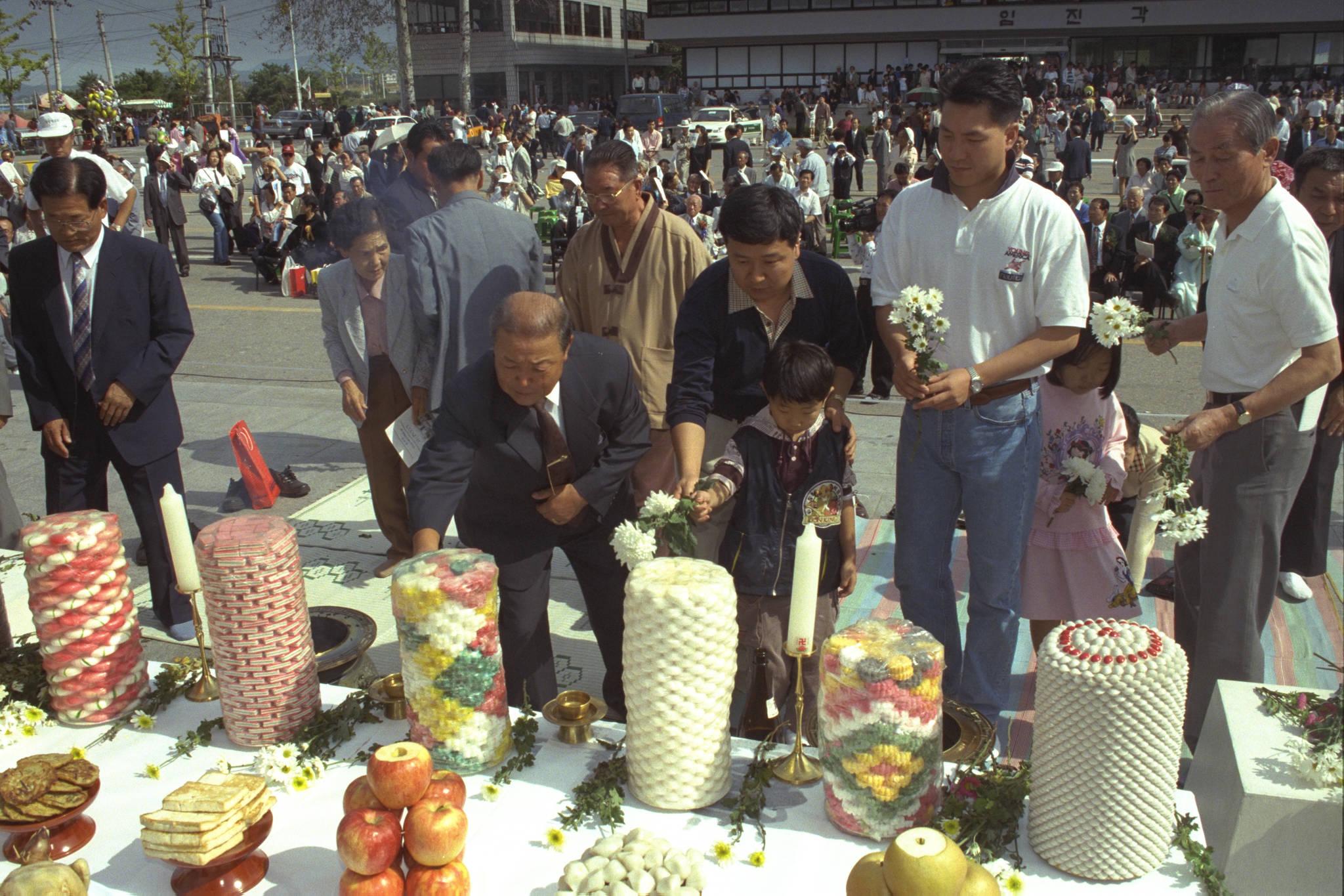 1998년 추석 당일인 10월 5일 임진각 망배단에서 열린 이산가족들의 합동 차례.[중앙포토]