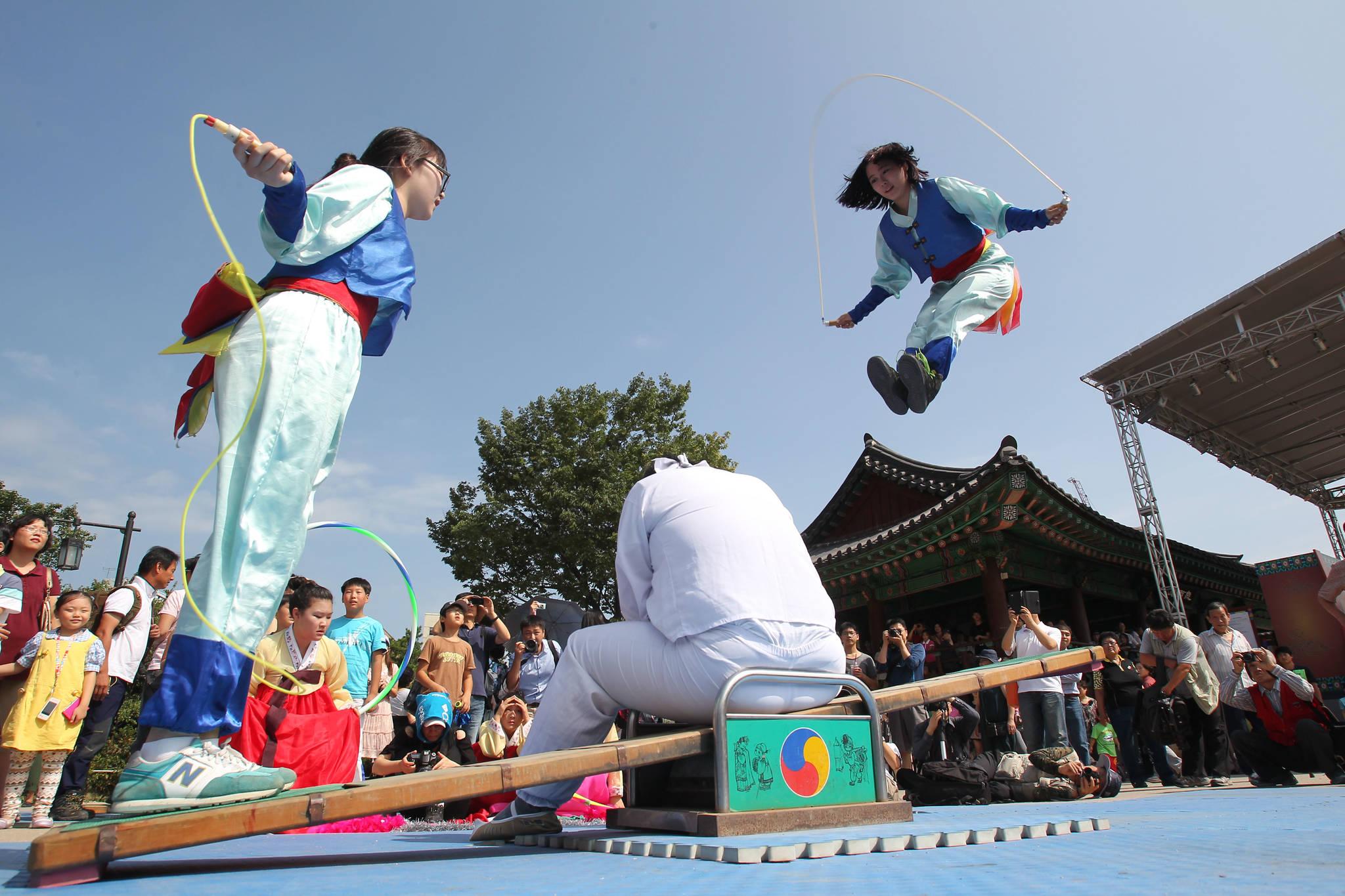 2011년 추석연휴 마지막날인 9월 13일 서울 필동 남산골 한옥마을에서 시범단이 널뛰기 공연을 펼치고 있다.[중앙포토]