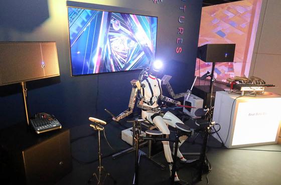 '2017 광주디자인비엔날레 특별전'이 열리는 광주시립미술관을 찾은 관람객들이 드럼 치는 로봇인 조영각의 '비트 봇 밴드'를 보고 있다. 프리랜서 장정필