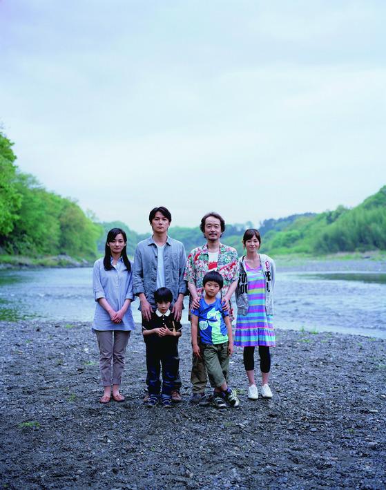 영화 '그렇게 아버지가 된다'에서 두 가족의 가족사진.