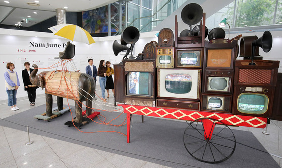'2017 광주디자인비엔날레 특별전'이 열리는 광주시립미술관을 찾은 관람객들이 세계적인 미디어 아티스트인 백남준의 '코끼리 수레' 작품을 보고 있다. 프리랜서 장정필