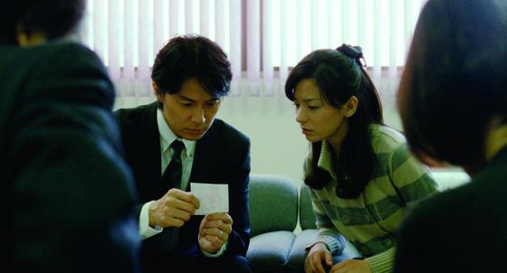 처음으로 친자의 얼굴을 확인하게 된 아빠 료타(후쿠야마 마사하루 분)와 엄마 미도리(오노 마치코).