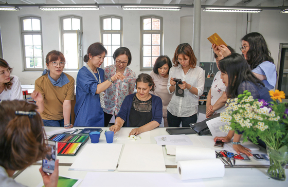 파버카스텔 독일본사에서 한국식물화가협회 초청 '보타니컬아트' 워크숍에 참가한 회원들.