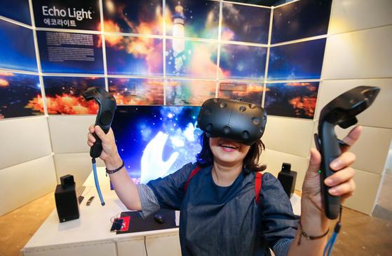 '2017 광주디자인비엔날레'가 열리는 광주광역시 북구 광주비엔날레관을 찾은 관람객이 가상현실(VR) 콘텐트인 '에코라이트(ECHO LIGHT)'를 체험하며 즐거워 하고 있다. 프리랜서 장정필