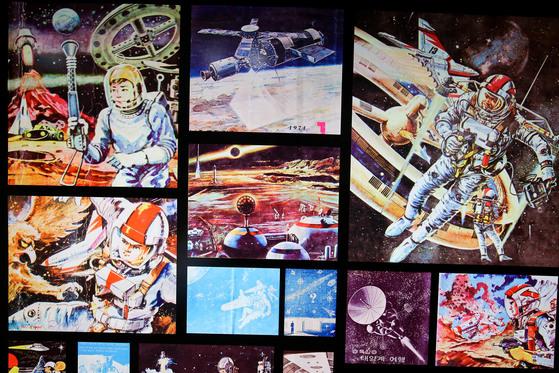 '2017 광주디자인비엔날레'가 열리는 광주비엔날레관을 찾은 관람객들이 과거에 상상했던 미래의 우주개발과 관련된 전시작품을 보고 있다. 프리랜서 장정필