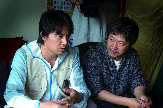 료타 역의 후쿠야마 마사하루와 영화 '그렇게 아버지가 된다'의 감독 고레에다 히로카즈.