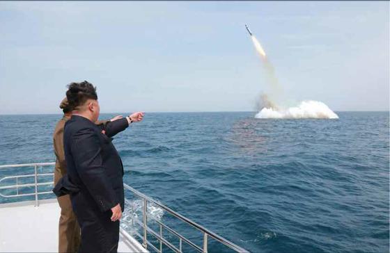북한 김정은이 전략잠수함의 탄도탄 수중시험발사를 지켜보고 있다. [노동신문=연합뉴스]