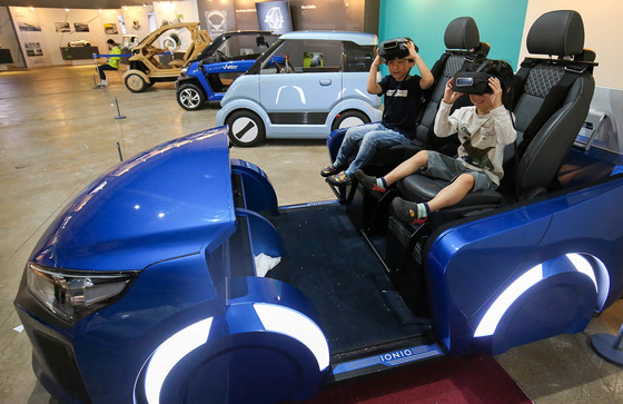 '2017 광주디자인비엔날레' 행사장을 찾은 어린이들이 미래 자동차를 체험해보고 있다. 프리랜서 장정필