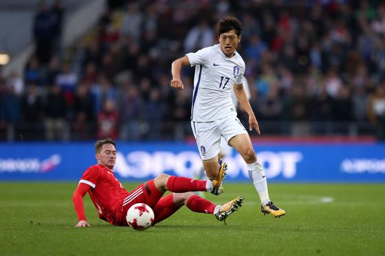한국축구대표팀이 8일 러시아 모스크바에서 끝난 러시아와 평가전에서 2-4로 졌다. 윙백으로 변신한 이청용(오른쪽)은 후반 막판 2어시스트를 기록했다. [사진 대한축구협회]