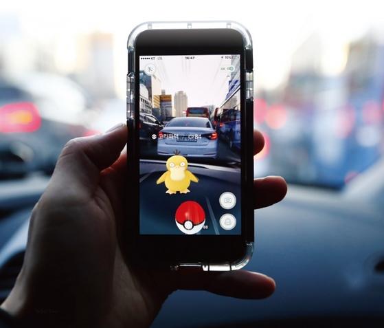 증강현실을 우리에게 확실히 각인시킨 것은 '포켓몬 GO'게임이다. 스마트폰 카메라로 주변을 살피면 포켓몬 캐릭터들이 튀어 나온다. / 사진 : 김현동