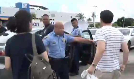 아이들을 차량에 방치한 혐의로 괌 경찰에게 체포당한 설모 판사와 윤모 변호사 부부. [괌 뉴스 캡처]