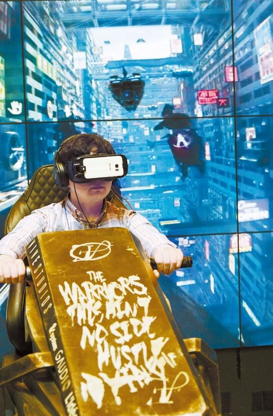 지난 3월 열린 ' VR 엑스포 2017' 에서 한 관람객이 VR 기기를 이용해 게임을 하고 있다. 가상현실(VR)과 증강현실(AR) 기술은 '시뮬레이션'이나 '몰입감'을 필요로 하는 거의 모든 산업에 적용되고 있다. / 사진 : 뉴시스