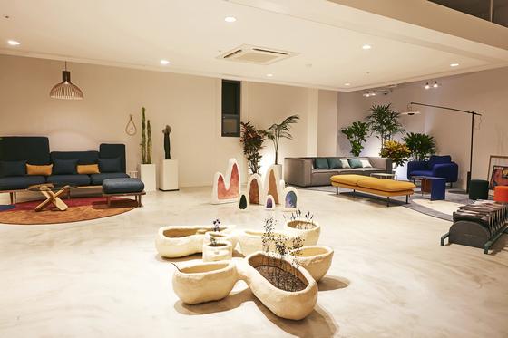 탬버린즈 플래그십 스토어 2층. 곳곳에 방문객이 앉을 수 있는 소파가 놓여있다. [사진 탬버린즈]