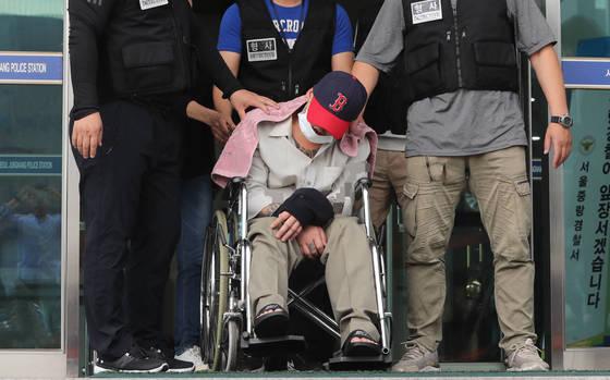 중학생인 딸의 친구를 살해하고 야산에 유기한 혐의를 받는 이모 씨가 8일 오후 영장실질심사를 받기 위해 서울 중랑경찰서를 나서 북부지법으로 향하고 있다. [연합뉴스]