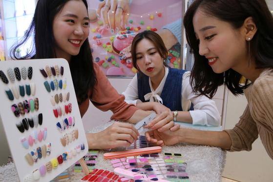 현대아이파크몰은 서울 용산 아이파크몰(글로시블라썸 매장)에서 이달 15일까지 무료 네일 케어를 받을 수 있는 '명절 증후군 퇴치 서비스'를 선보인다. [사진 현대아이파크몰]