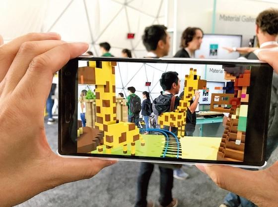 SK텔레콤이 구글과 협력해 만든 가상· 증강현실 콘텐트 'T 리얼 VR 스튜디오'. / 사진 : SK텔레콤 제공