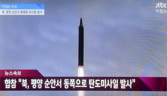 북한이 지난달 15일 오전 6시 57분쯤 평양 순안 일대에서 탄도미사일 1발을 또 발사했다. 문재인 정부 들어 북한의 도발은 이번이 11번째로, 이중 미사일 발사는 10차례, 핵실험은 1차례다. [JTBC 화면 캡쳐]