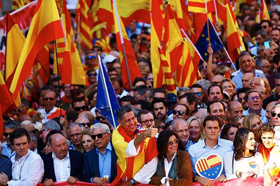 8일(현지시간) 카탈루냐의 분리독립에 반대하는 스페인 시민들이 바르셀로나 거리에서 행진하고 있다. 2010년 노벨문학상 수상자 마리오 바르가스 요사(앞줄 왼쪽 셋째)와 스페인 집권당 국민당(PPC)의 유력 정치인 하비에 가르시아 알비올 의원(왼쪽 넷째)도 참석했다. [바르셀로나 EPA=연합뉴스]