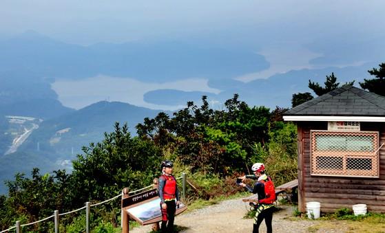 대전시 동구 식장산 정상에서 바라본 대청호 모습. 대청호 주변에 둘레길이 조성됐다. 이 길은 연간 120만명이 찾는 명소가 됐다. 프리랜서 김성태