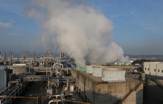 울산 석유화학공단의 모습. 국내 산업단지 중애서 가장 역사가 오래된 지역으로 꼽힌다. [중앙포토]