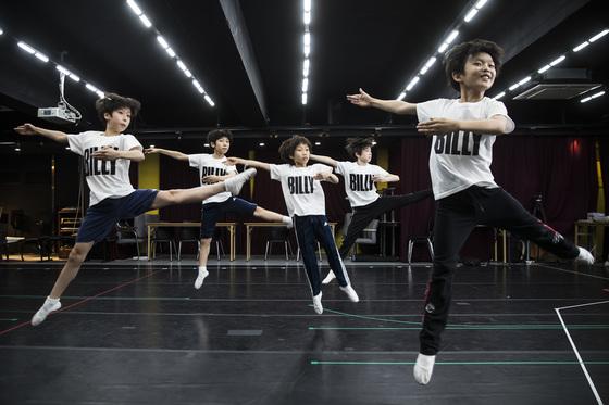 '빌리 스쿨'에서 발레를 배우고 있는 뮤지컬 '빌리 엘리어트' 아역 배우들. 영국 탄광촌에 사는 열한살 소년이 런던의 로열발레단에 입단하는 기적 같은 성장기를 2시간 40분 동안 무대 위에서 보여줄 아이들이다. 우상조 기자