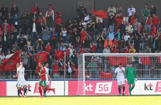 10일 오후(현지시간) 스위스 빌/비엔 티쏘 아레나에서 열린 축구 국가대표팀 평가전 대한민국 대 모로코의 경기. 모로코의 우사마 탄난에게 두번째 골을 허용한 대한민국 선수들이 안타까워하고 있다.[빌/비엔=연합뉴스]