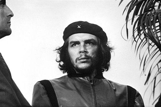 게바라를 찍은 '혁명가의 초상' 오리지널 버전.