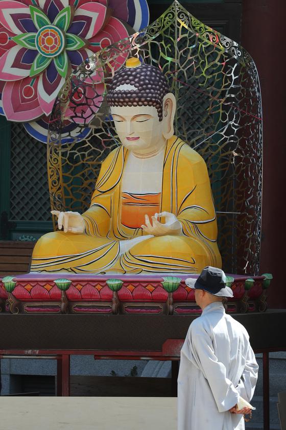 지난 4월 부처님오신날을 맞아 서울 봉은사에서 전통등 전시회가 열렸다. 장진영 기자