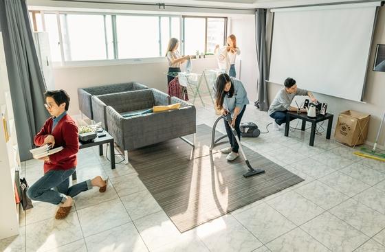 모르는 사람들끼리 모여서 사는 '코 리빙 하우스'가 늘고 있다. 서울 관악구에 있는 코 리빙하우스의 공용 공간인 거실. [사진 우주]