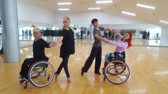 울산 울주군청 장애인 댄스스포츠팀. 장애인 댄스스포츠는 장애인과 장애인 혹은 장애인과 비장애인이 한 조를 이룬다. (왼쪽부터) 이영호·박영선·이익희·장혜정 선수. 최은경 기자