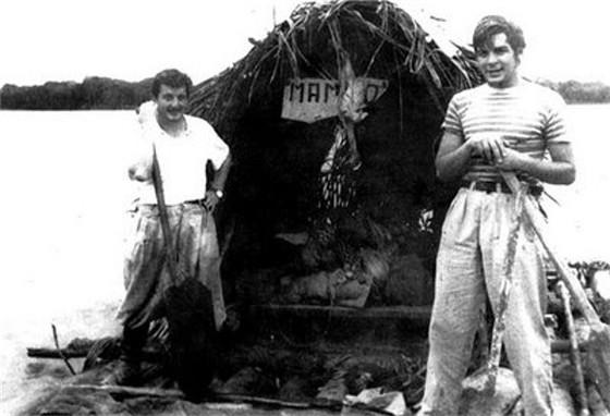 1952년 친구 알베르토 그라나도(왼쪽)과 함께 아마존강을 뗏목으로 여행 중인 게바라(오른쪽). '맘보탄고'라는 이름의 이 뗏목은 나환자 요양소 환자들이 만들어 선물한 것이다.