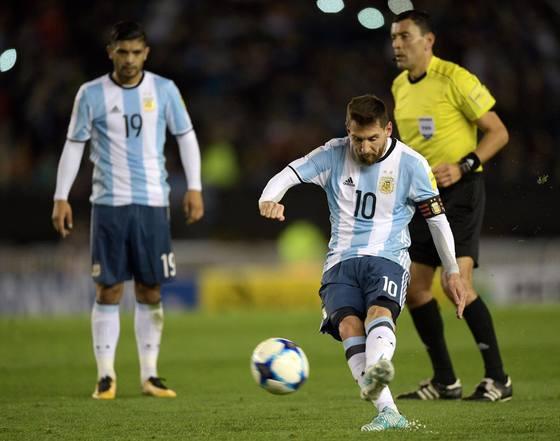 '축구의 신'이라 불리는 메시를 2018 러시아 월드컵에서 못볼지도 모른다. 그의 조국 아르헨티나는 남미예선 6위로 탈락 위기에 놓여있다. [사진 메시 페이스북]