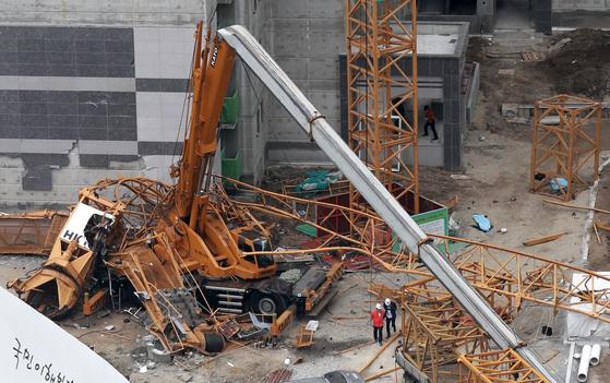 10일 오후 경기도 의정부시 낙양동 한 아파트 공사장에서 타워크레인이 넘어져 세 명이 사망하고 두 명이 부상당하는 사고가 발생했다. 관계자들이 사고현장을 살펴보고 있다. 임현동 기자