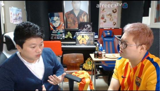 박문성 해설위원이 한국 축구 문제에 대해 발언하는 모습. 사진 왼쪽이 박문성 해설위원, 오른쪽은 BJ 감스트.[사진 아프리카TV]