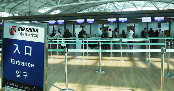 중국 관광객이 줄어들면서 한산한 모습의 인천공항의 중국계 항공사 데스크. [중앙포토]