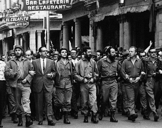 1960년 아바나 거리를 행진중인 게바라(앞줄 왼쪽에서 셋째)와 카스트로(앞줄 맨 왼쪽).
